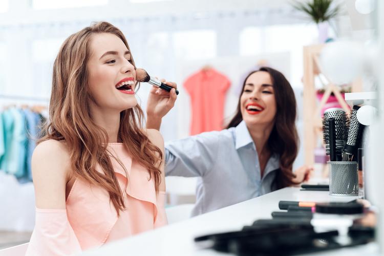 美容部員はどんな人が多い?気になる人間関係事情