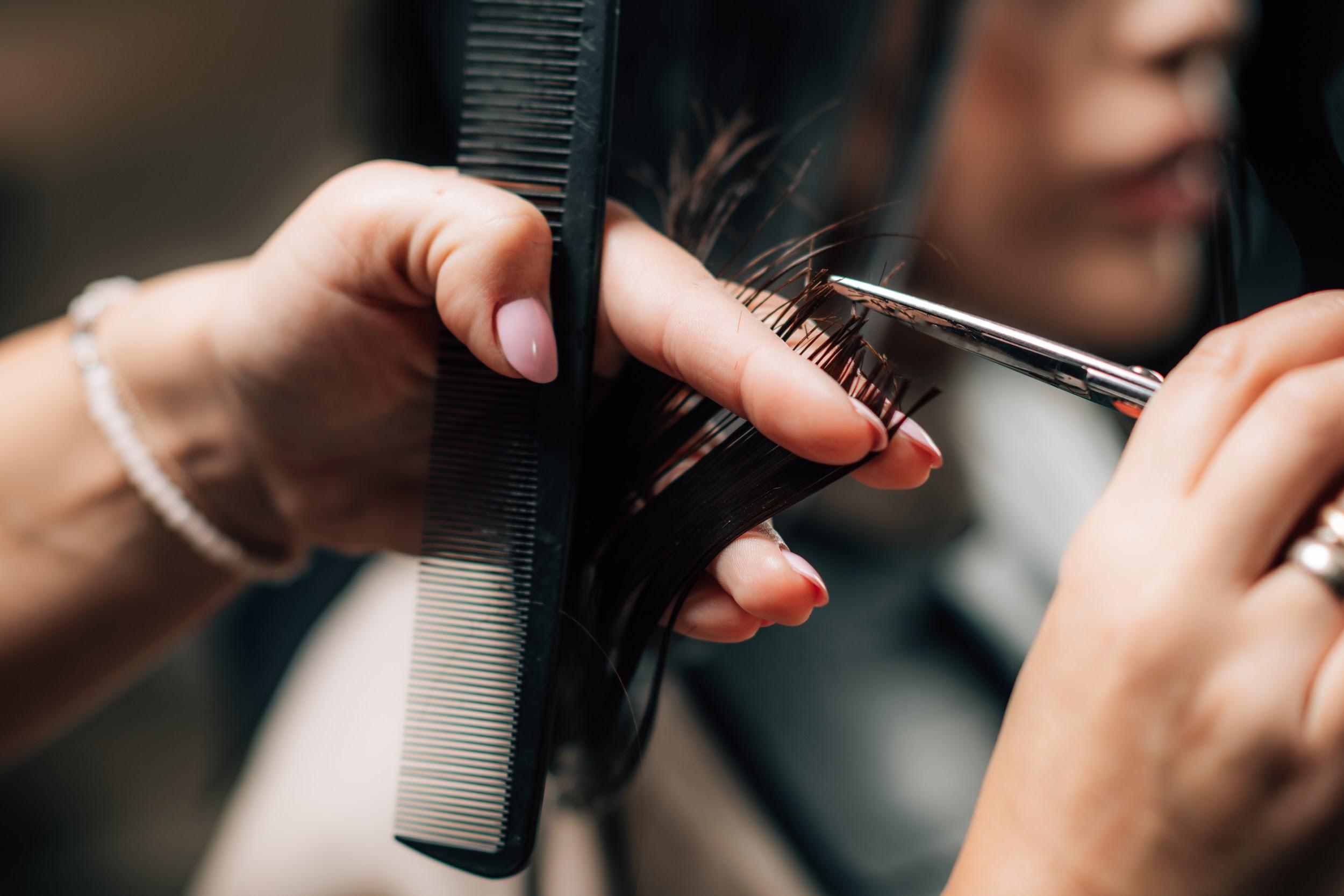 個人店と大型店、美容師としてあなたが働きやすいサロンはどっち?