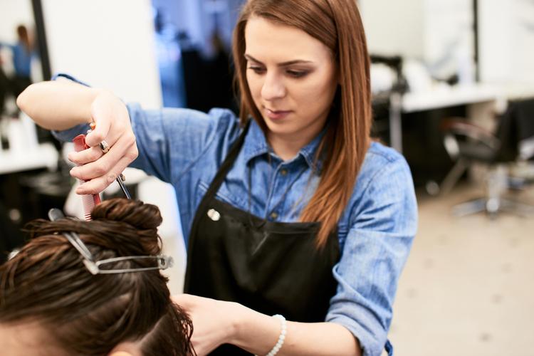 美容師は結婚しても続けられる?
